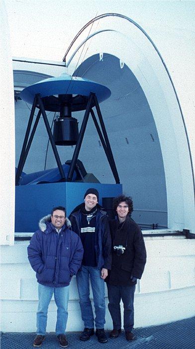 Das größte Rohr, an das ich bisher herangelassen wurde. Das 1.5m Ritchey-Chretien Teleskop auf dem Calar Alto mit dem Operator und den Beobachtern Erwin Schwab und Fernando Rodriguez (vlnr).