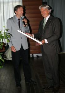 Der Wissenschaftliche Direktor des Physikalischen Vereins Dr. Bruno Deiss überreicht die Entdeckungsurkunde an den Vorsitzenden der  Senckenbergischen Stiftung Dr. Kosta Schopow