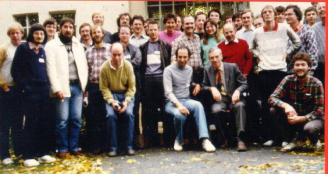 Treffen der Kometenbeobachter auf der Starkenburg-Sternwarte 1986 mit den Kometen Entdeckern David Levy und Friedrich Wilhelm Gerber (beide sitzend) Foto: Erwin Schwab (knieend vorne rechts)