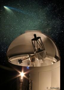 Taunus-Sternwarte, Fotomontage: Kuppelspalt bewegt während Aufnahme mit Canon 350D. Hintergrundbild siehe Komet Hale-Bopp auf dieser Seite.