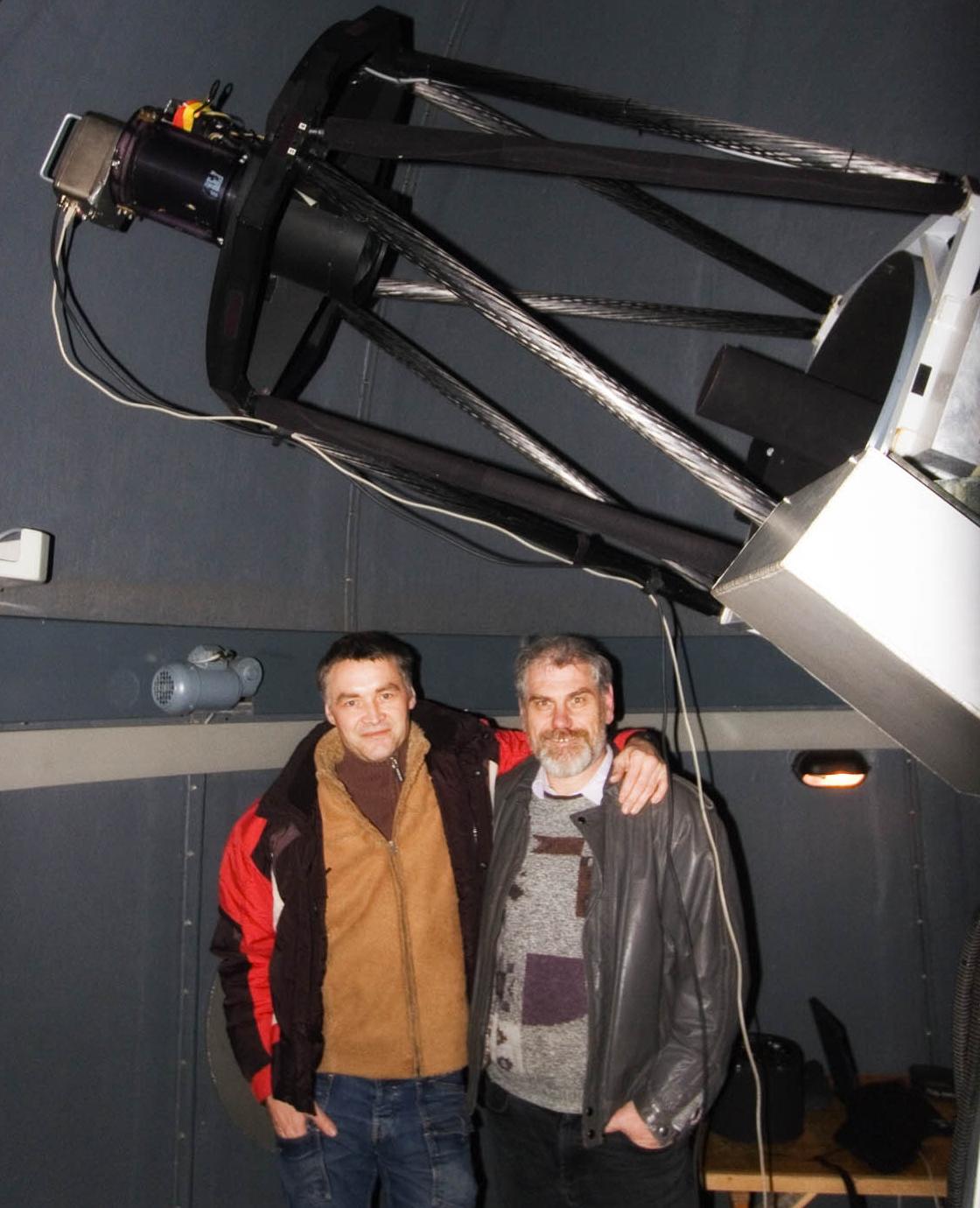 Die Entdecker Erwin Schwab und Rainer Kling (rechts) am Entdeckungsteleskop Foto: Sighard Schräbler