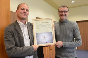 Übergabe der Entdeckungsurkunde  an den Bürgermeister Jürgen Sieling (links)  Foto: Marc Strohfeldt 2012-09-24